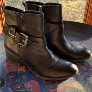 DONALD J PILNER - Beautiful Black Leather Booties!